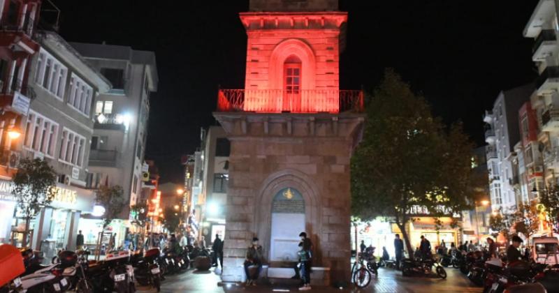 Saat Kulesi Kırmızı Işık İle Aydınlatılıyor